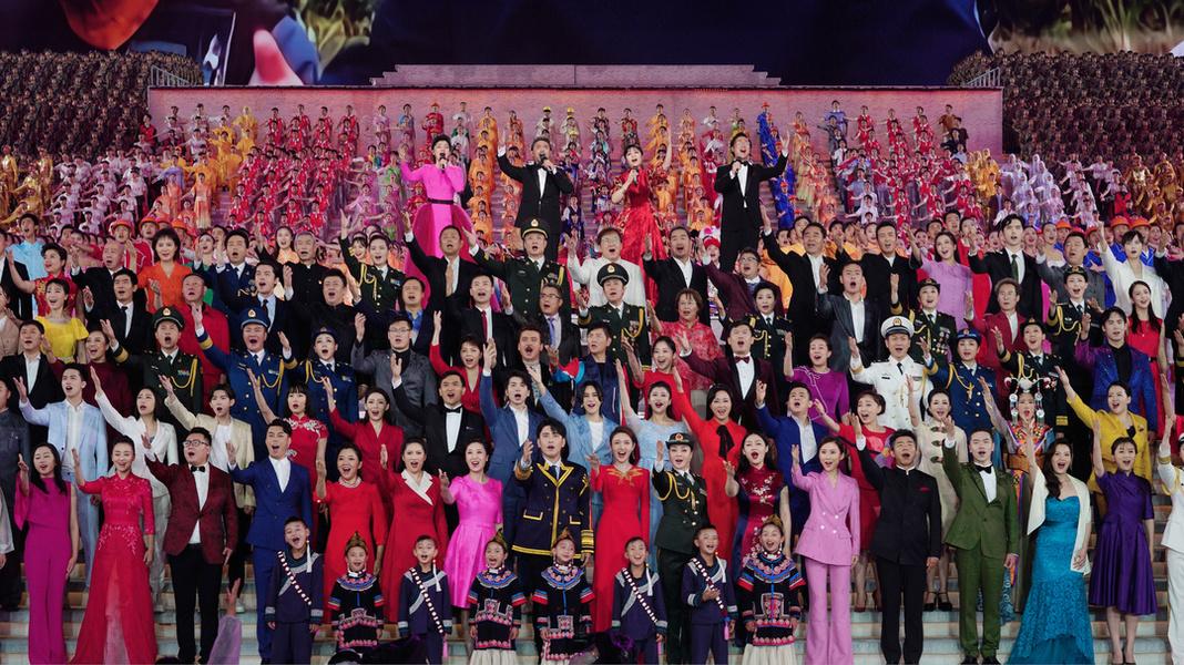 在《伟大征程》的演出现场,龙洋(第一排中间)在台上与大家同唱大合唱 总台记者 魏帮军 摄.jpg