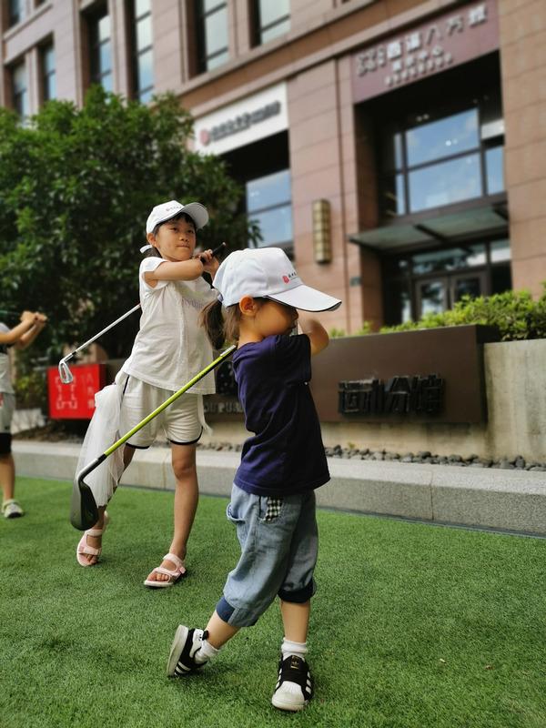 文二配图(首选):孩子在杭州图书馆运动分馆打高尔夫  石璞摄.jpg